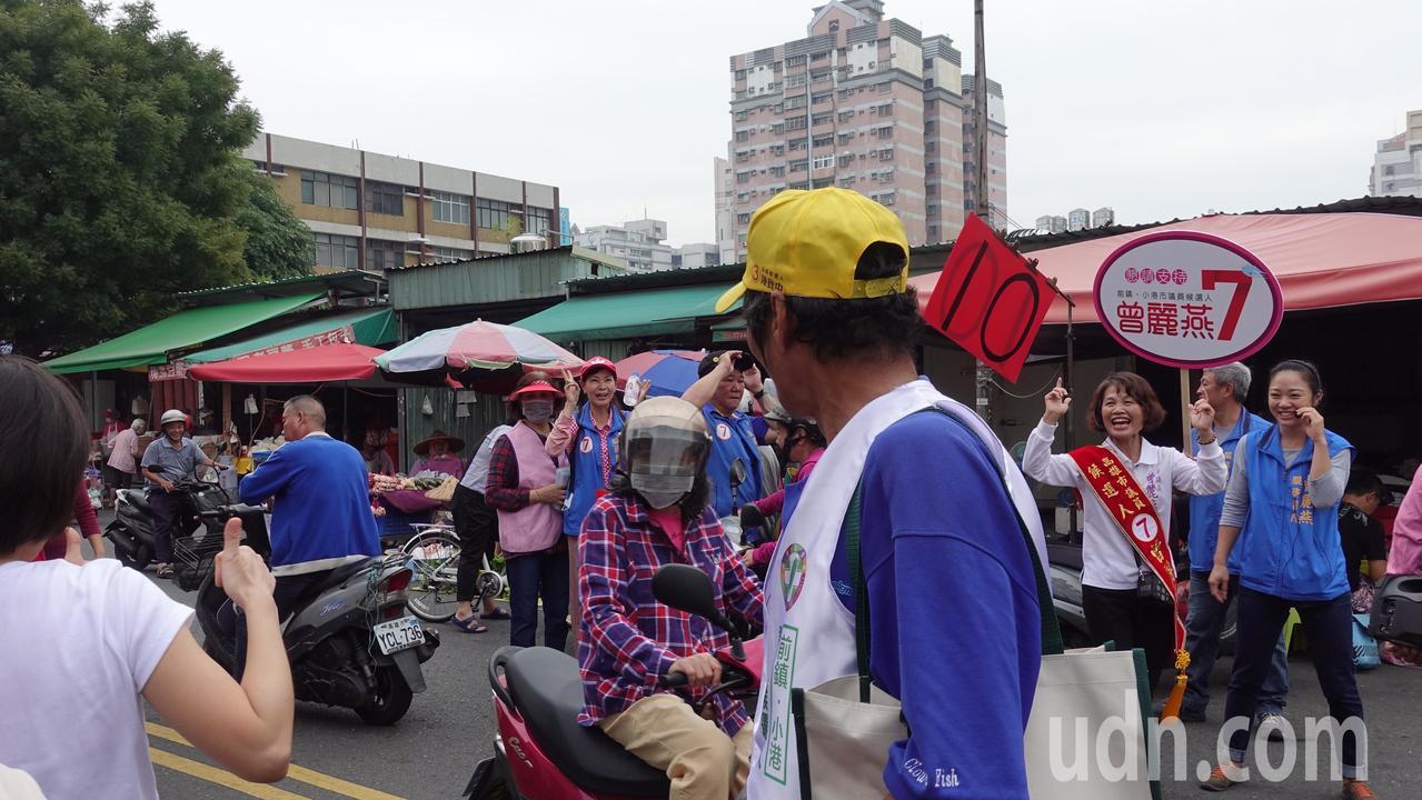 陳致中妻子黃睿靚(左,背對白衣)今上午到高市前鎮區掃街拜票,在市場遇到同選區國民...