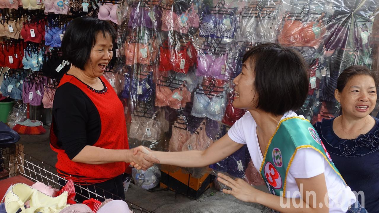 陳致中妻子黃睿靚今上午到高市前鎮區掃街拜票,遇到民眾手比著「 OK」手勢,拜託大...