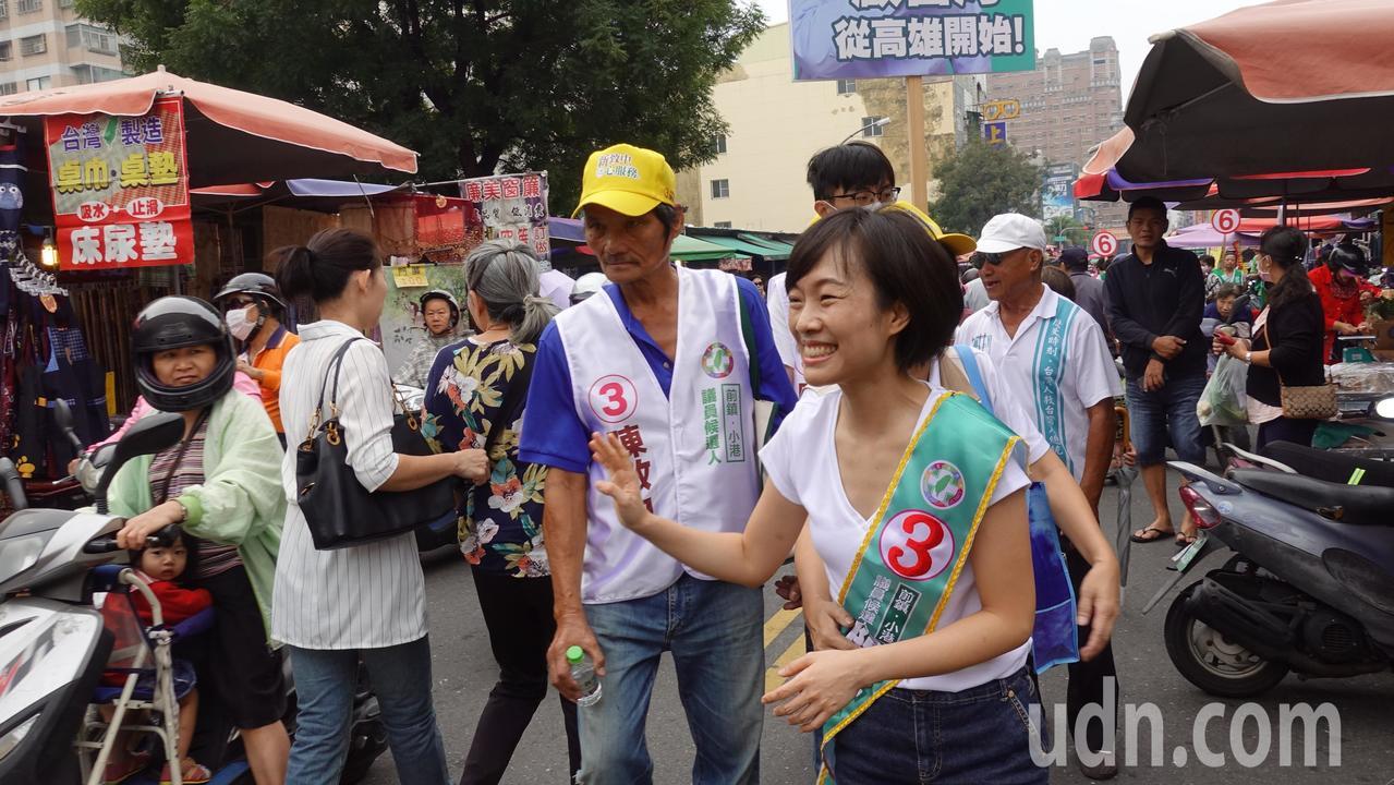 陳致中妻子黃睿靚今上午到高市前鎮區菜市場掃街拜票。記者劉星君/攝影