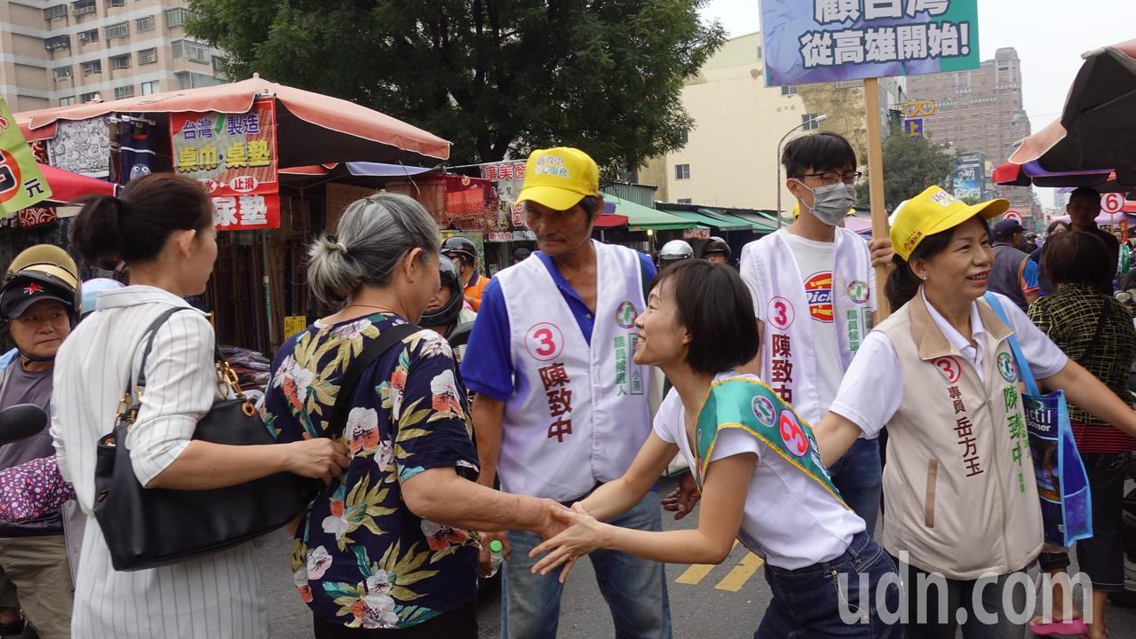 陳致中妻子黃睿靚(右二)今上午到高市前鎮區菜市場掃街拜票。記者劉星君/攝影
