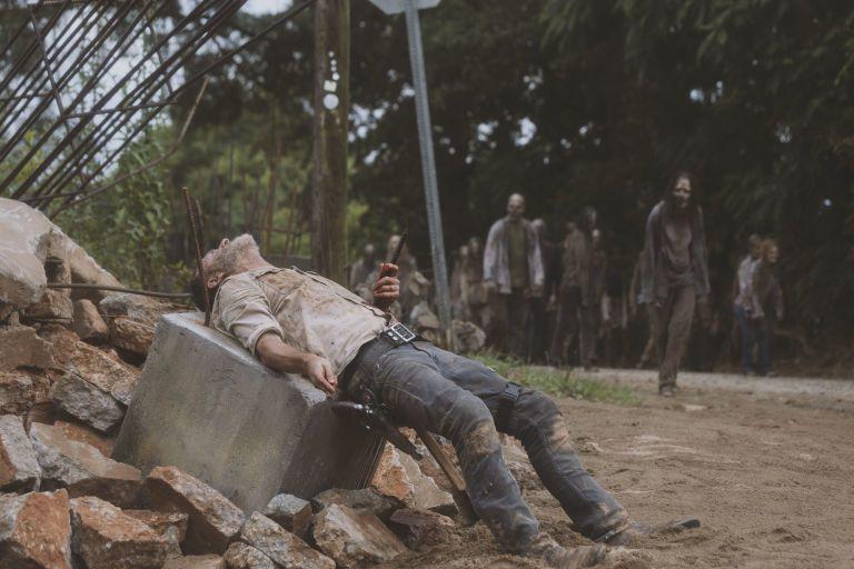 安德魯林肯扮演的瑞奇在上一集結束時受到重傷還面臨活屍逼近。圖/摘自AMC