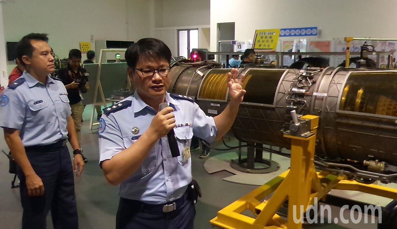 空軍航技學院工學院長徐子圭(右)介紹他利用經國號戰機的引擎設計經驗,改良風力發電...
