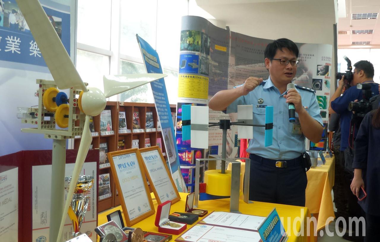 空軍航技學院工學院長徐子圭團隊今天在研發成果展,說明獲國際發明金牌獎的微風自動啟...