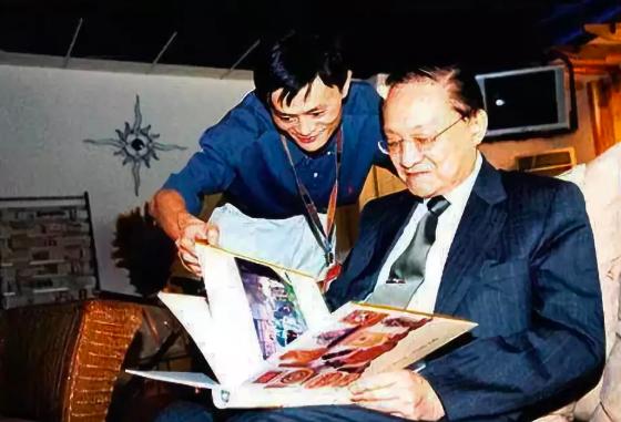 阿里巴巴集團董事局主席馬雲(左)為金庸(右)的書迷,並將俠義精神融入在公司文化中...