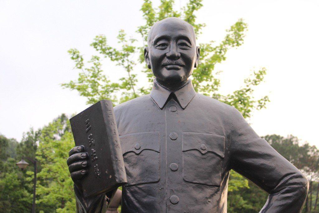 邱國正說,希望能夠保留榮家銅像,每個人的觀點、信仰不同,不需要去拆別人家的神主牌...