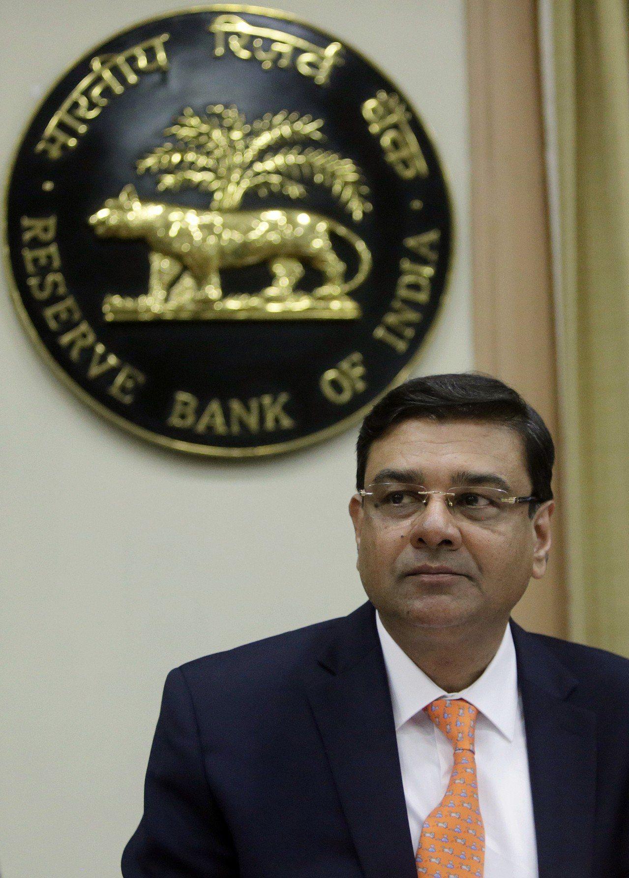 印度央行總裁帕特爾可能辭職的報導,引發印度盧比31日盤中貶破74盧比兌1美元。 ...