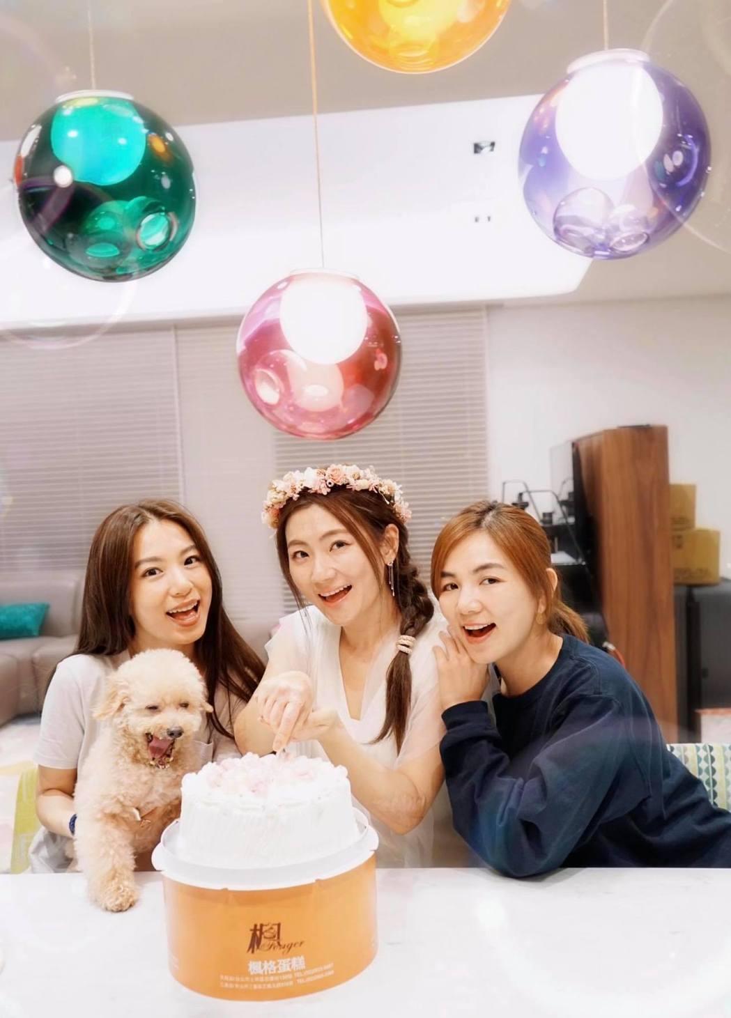 Selina(中)37歲生日,Hebe(左)、Ella(右)來慶生。 圖/擷自S...
