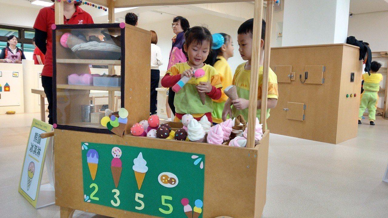 以創客(Maker)為主題的「宜蘭熊讚親子館」,孩子自製冰淇淋,樂在其中。記者戴...