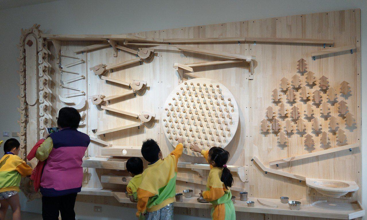 宜蘭熊讚親子館牆面是號稱「全國最大的彈珠台」,讓親子共同回憶童年的美好。 記者戴...