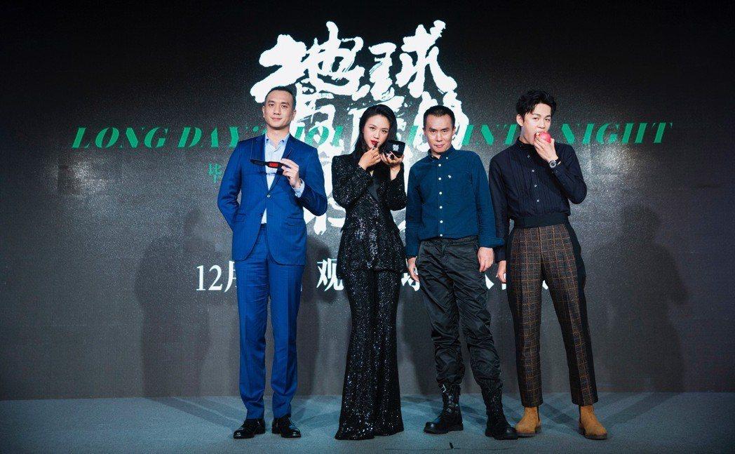 主要演員(由左到右)黃覺、湯唯、陳永忠、李鴻其拿著電影的關鍵道具,首次透露電影端...