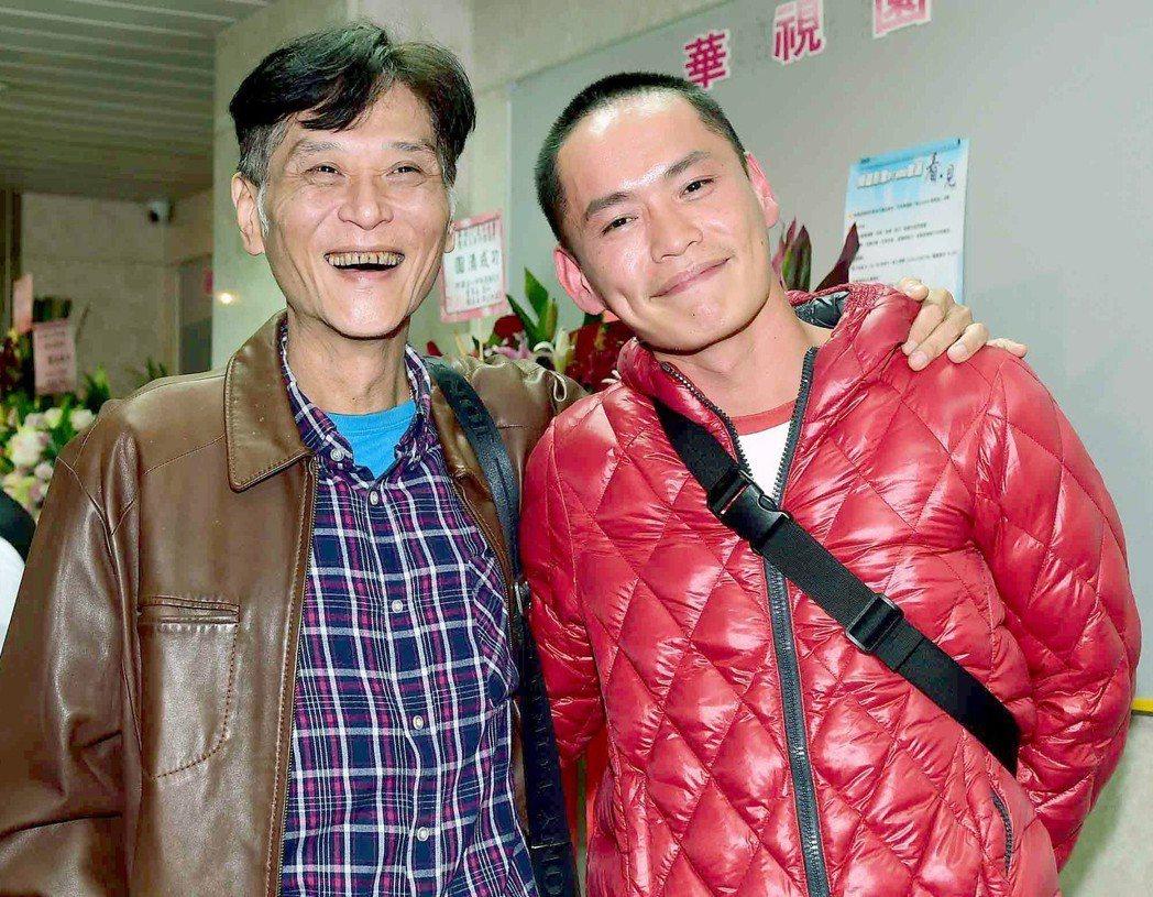 喜翔(左)和黃鐙輝出席華視台慶。圖/華視提供