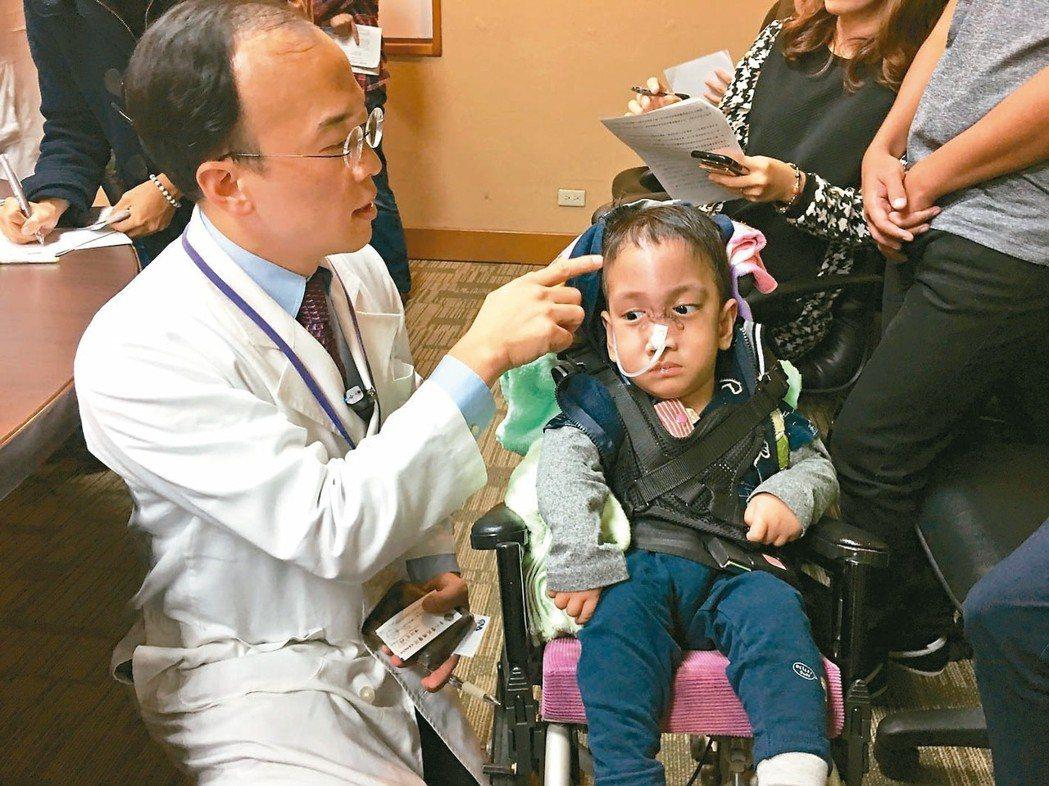 北榮兒童神經外科醫師陳信宏說明Francis的開刀經過。 記者鄧桂芬╱攝影