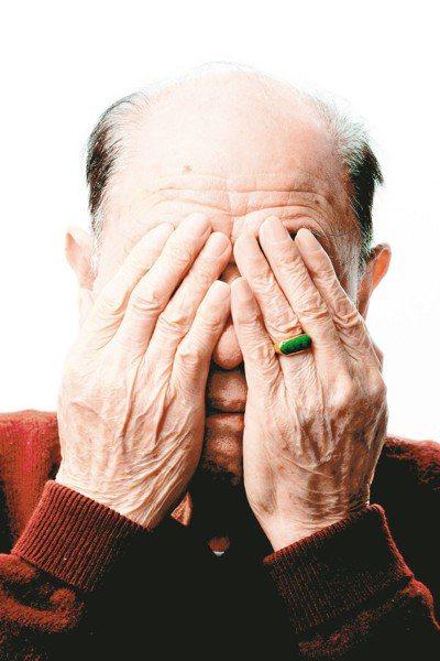 老人眼皮下垂壓迫角膜,容易使散光度數改變,導致視力模糊。 本報資料照片