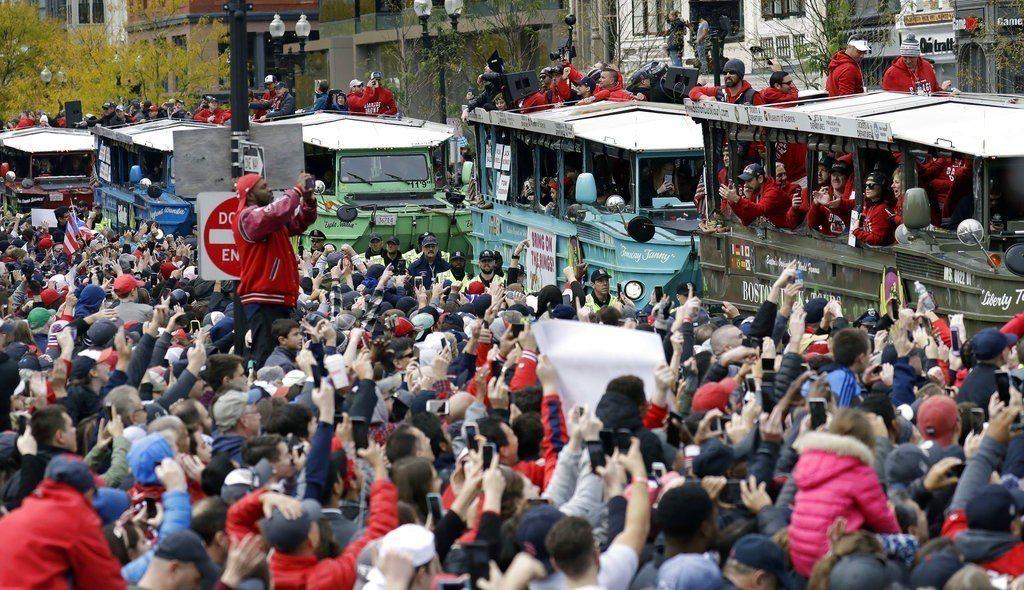 波士頓紅襪球迷擠爆街道。 美聯社