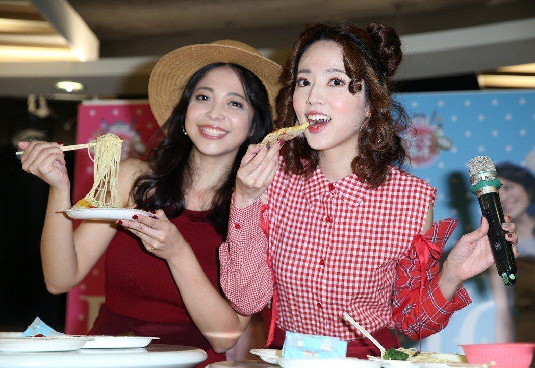 阿諾(右)攜手雪寶(左)擔任高點電視台新節目「台灣百味」主持人。記者曾吉松/攝影