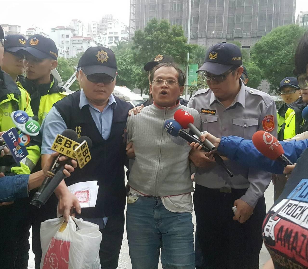 動手打勞動局長的李明彥落網,被帶回信義警分局。記者李奕昕/攝影