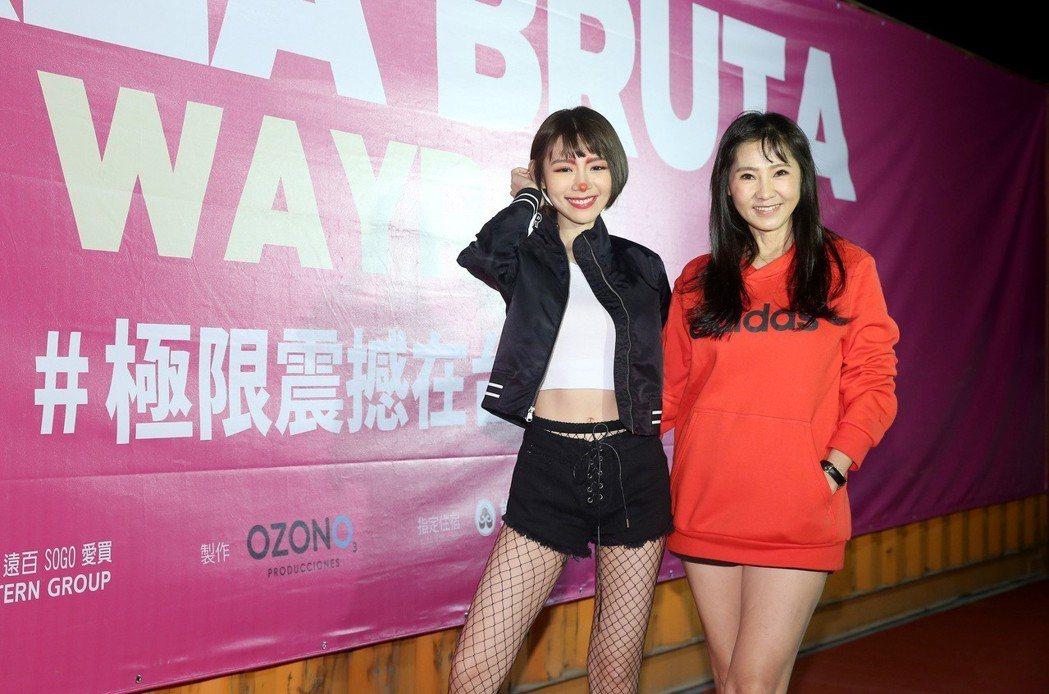 林明禎(左)帶媽媽一同觀賞《極限震撼+》首演。記者余承翰/攝影