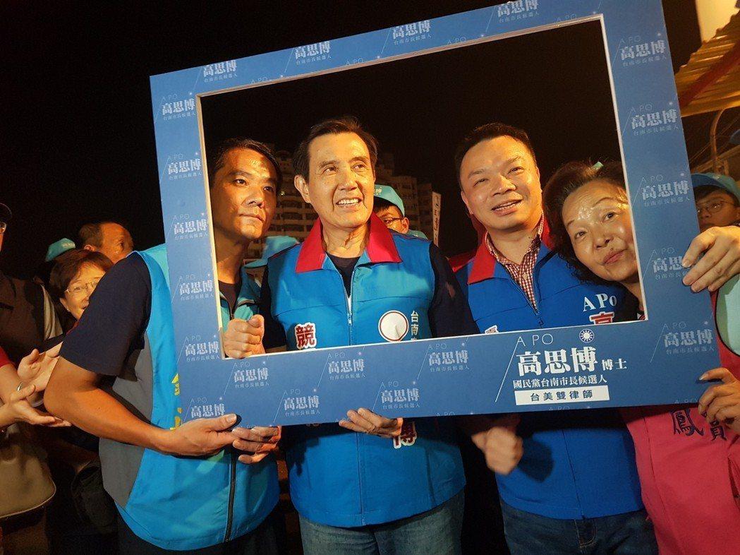 前總統馬英九(前左二)陪台南市長候選人高思博(右二)前往武聖夜市掃街拜票。 圖/...