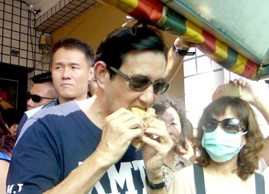 前總統馬英九到高雄市大寮區輔選,吃一口他很喜歡的紅豆餅。 圖/聯合報系資料照片