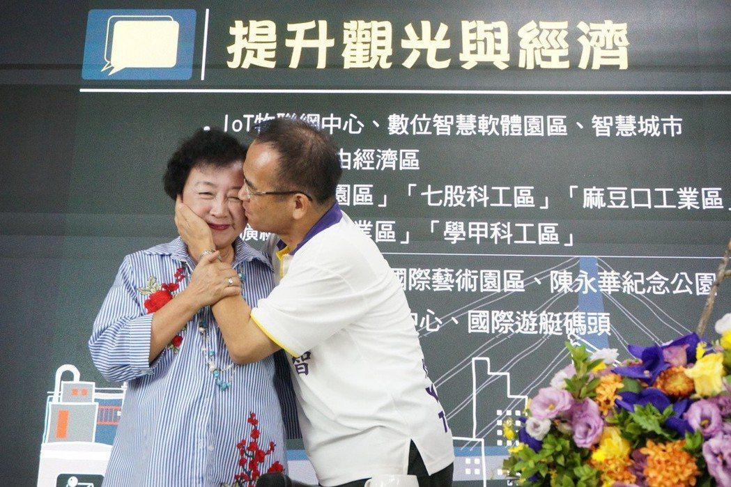 無黨籍台南市長候選人蘇煥智(右)和太太郭椿華老師今年結婚35周年,蘇在競選總部成...