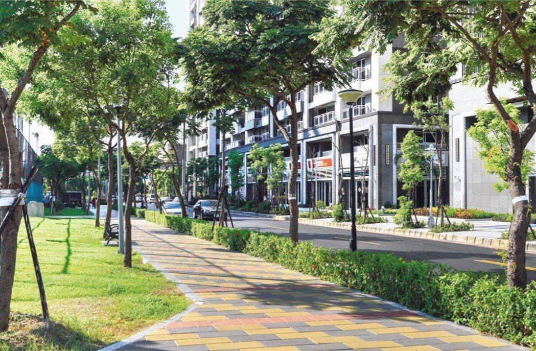 下樓就是數百棵大樹圍繞的千坪公園,生活品質佳。 業者/提供