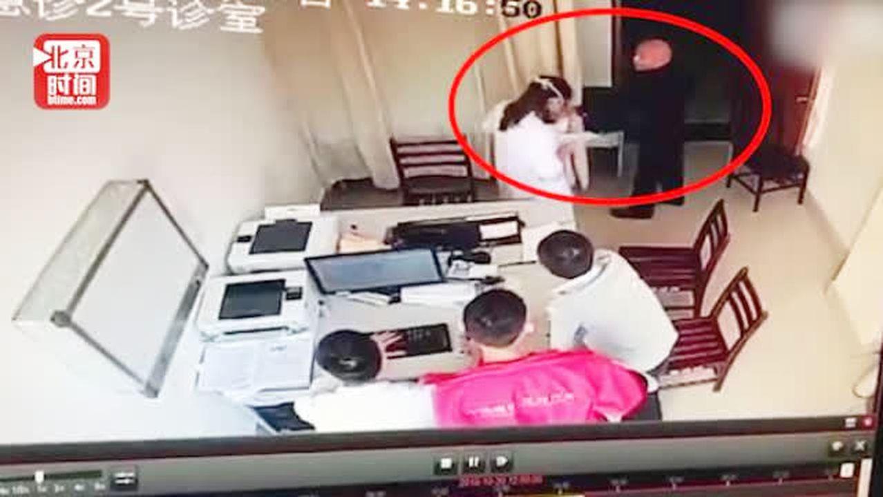 電視台領導看病拒絕掛號掌摑女醫生,還強行將錢塞進女醫生胸口。 圖/取自北京時間