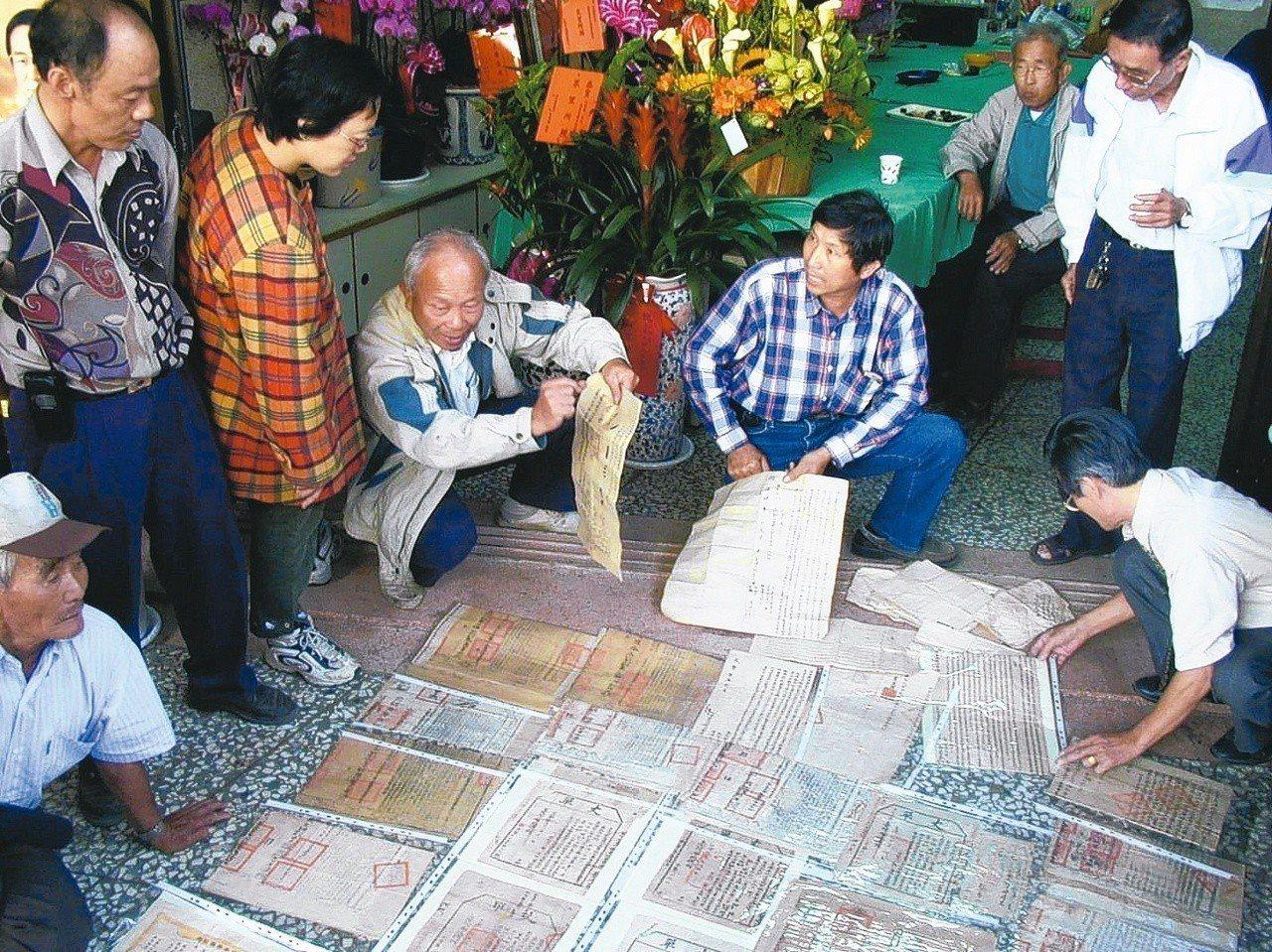 社頭鄉民劉祿欣(右四)珍藏老舊的土地買賣契約書,琳瑯滿目。 圖/聯合報系資料照片