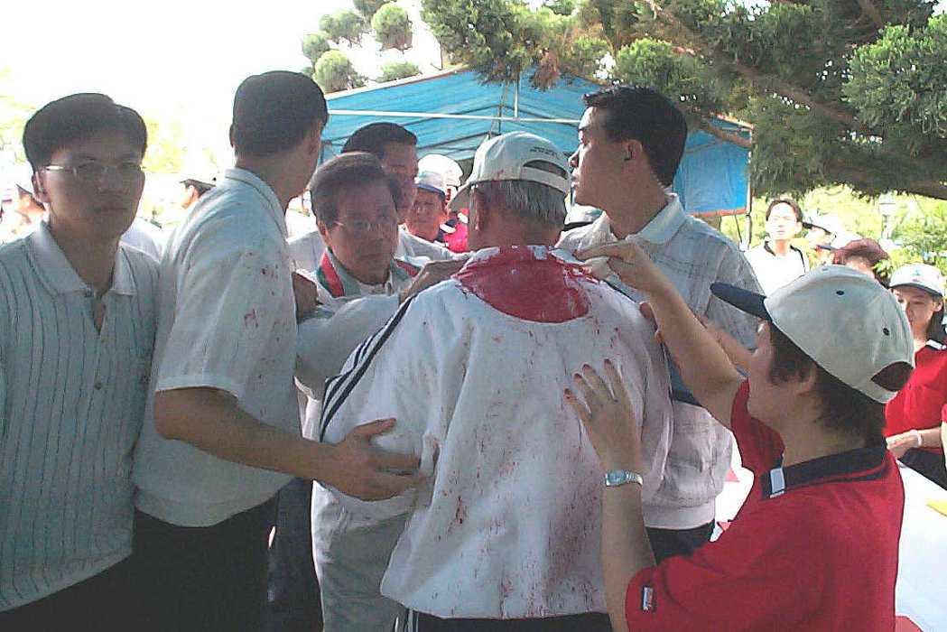 李登輝(背對鏡頭)遭人潑灑紅墨汁。 圖/聯合報系資料照片