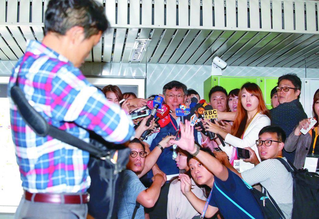 台灣國辦公室主任陳峻涵(左)朝台北市長柯文哲丟拖鞋。 本報資料照片/記者高彬原攝...