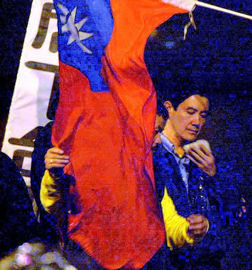 馬英九被民眾丟擲雞蛋。 圖/聯合報系資料照片