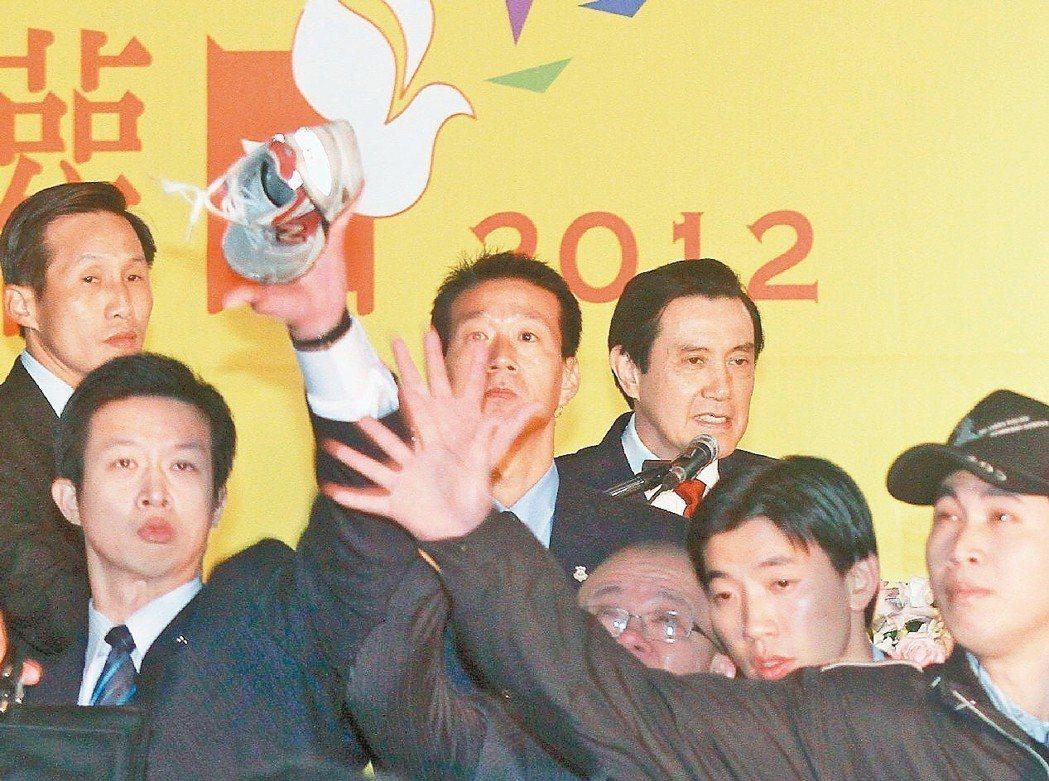 馬英九遭獨派人士王獻極扔鞋抗議。 本報資料照片/記者高彬原攝影
