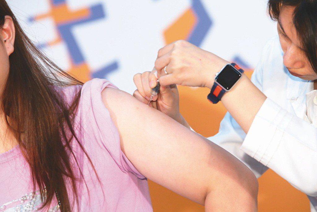 疾管署副署長莊人祥1日表示,市面上疫苗安全無虞,請民眾安心施打,勿猶豫。聯合報系...