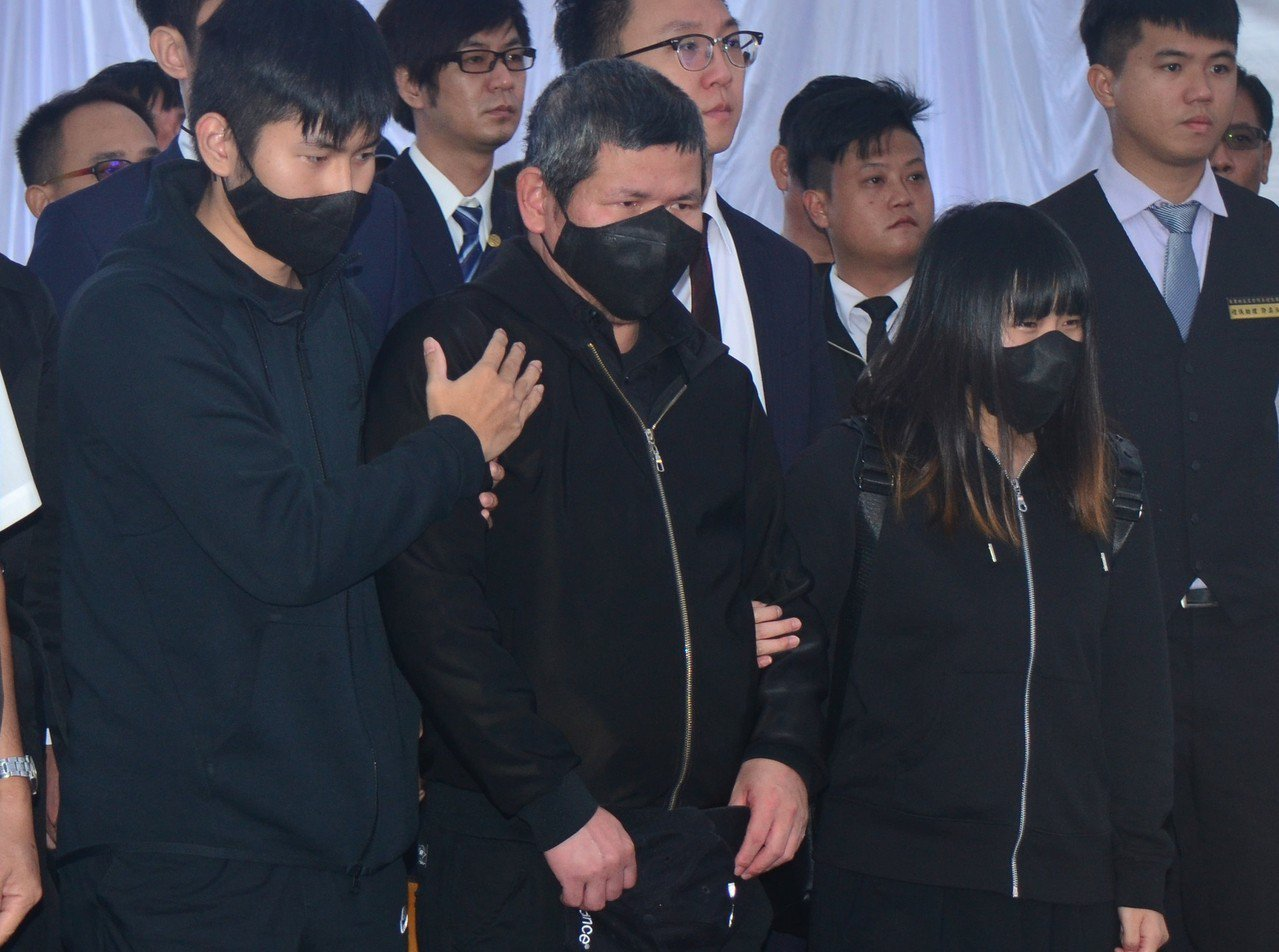 台鐵普悠瑪列車事故罹難者聯合公祭10月31日在台東舉行,事故列車司機員尤振仲(前...
