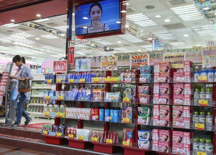 食藥署今天預告,旅客自帶或以郵包、快遞帶含藥化粧品,每種最多12瓶、合計不超過3...
