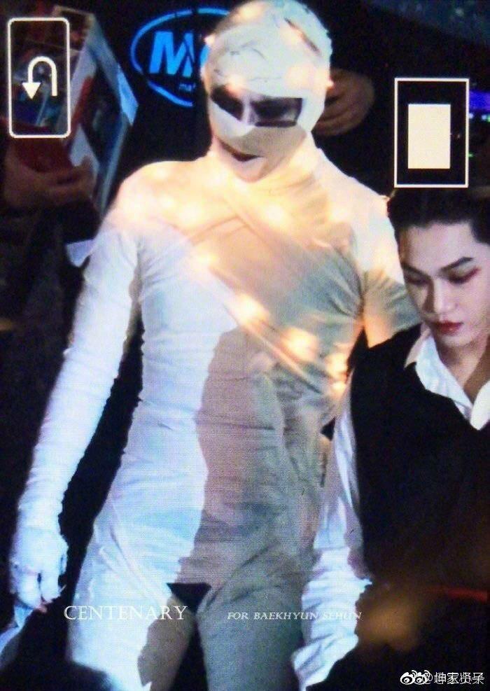 有網友發現,伯賢中場時「褲子崩了」。圖/擷自微博。