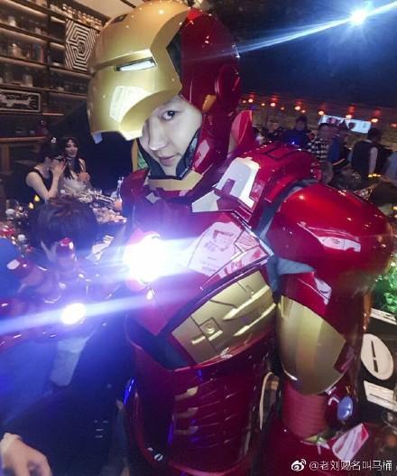 日前燦烈也曾在SM萬聖趴中扮演鋼鐵人,據悉該裝扮花不少錢。圖/擷自微博