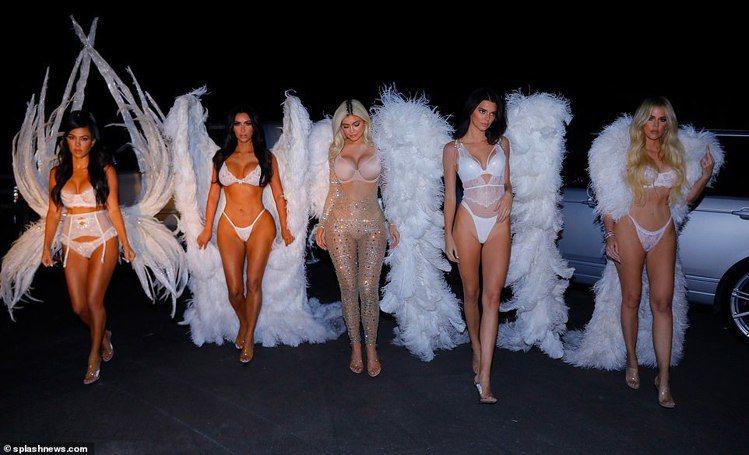 「豐臀金」金卡達夏(左2)和眾姐妹扮維多利亞的秘密天使。圖/擷自每日郵報