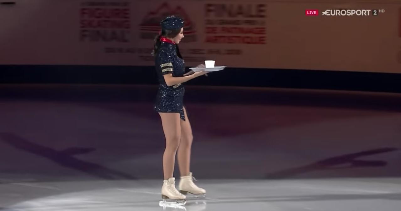 屠克塔米謝娃在花式滑冰表演中以空姐扮相登場。圖/翻攝自YouTube