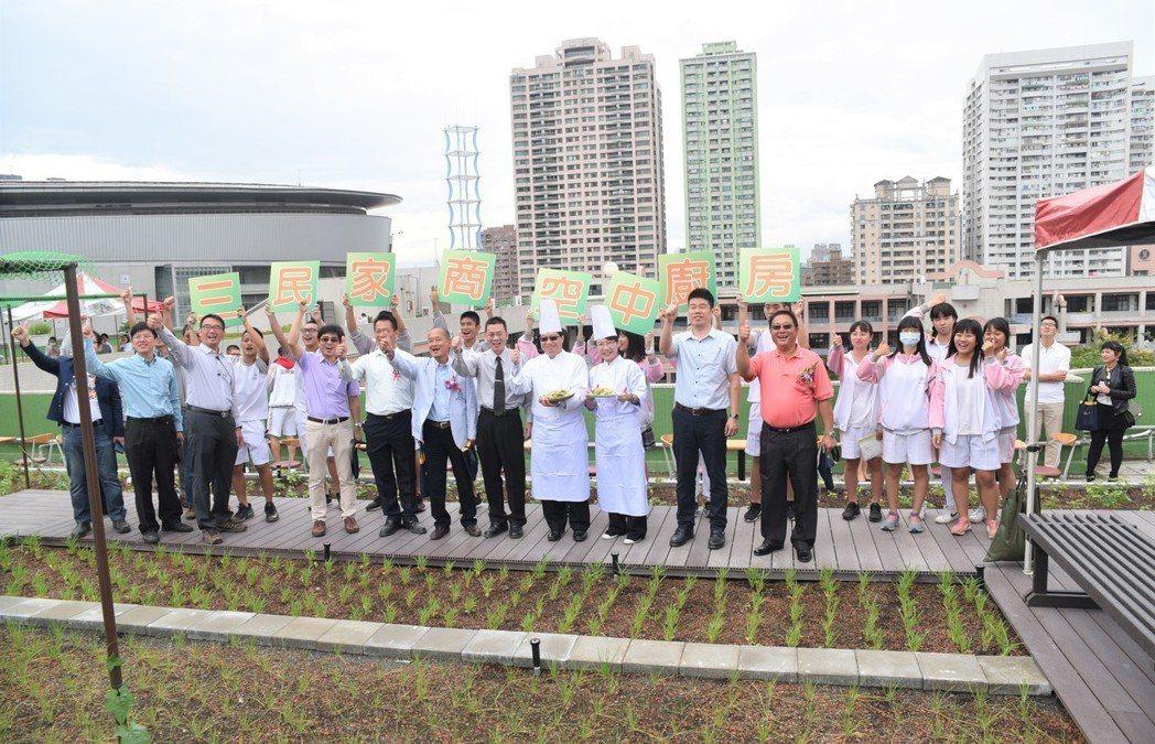 三民家商為高雄市第一所施行立體綠化及綠屋頂的高中職學校。 黃啟銘/攝影。