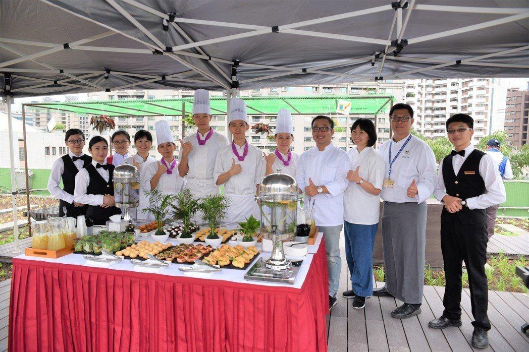 三民家商餐飲科負責此次活動的餐點。 黃啟銘/攝影。