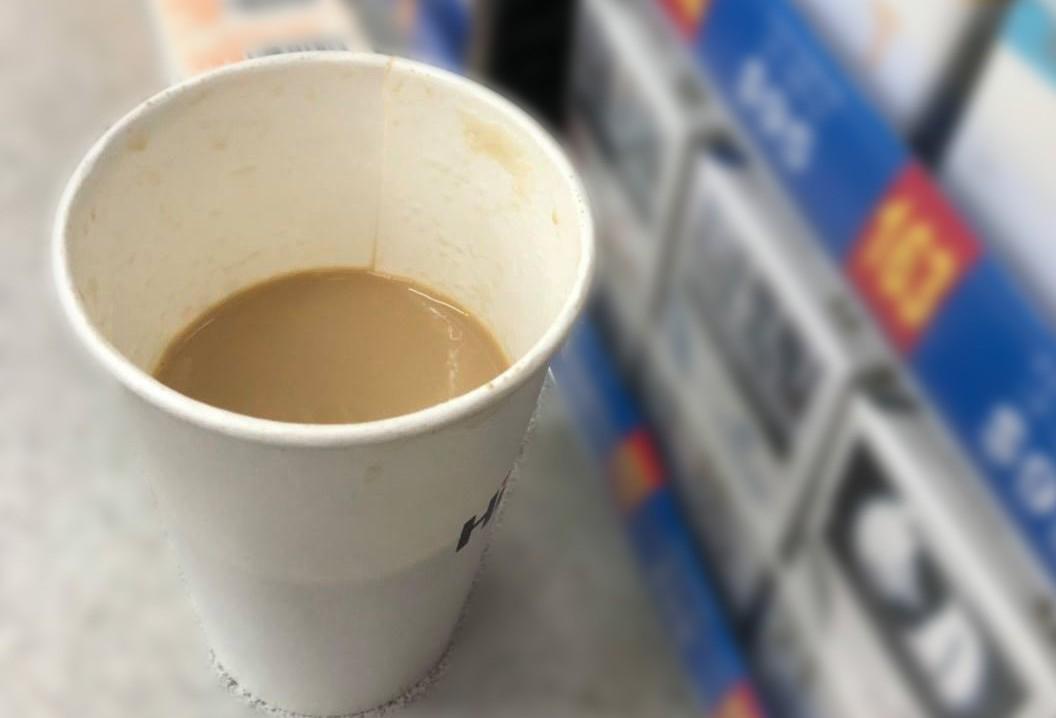 一名顧客把喝過的咖啡拿回超商,質問店員為何只有一半的量,讓店員相當委屈。 圖擷自...