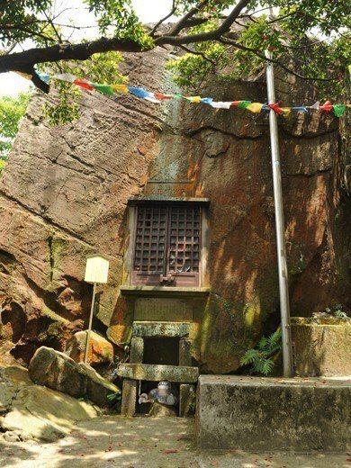 弘法大師碑建築群,此為不動明王石窟壁面尚未被破壞樣貌。 圖/作者自攝