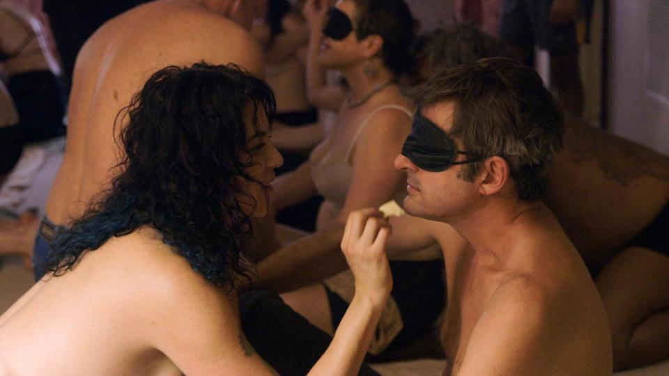 為了拍攝多P主題,紀錄片導演脫光衣服、矇住雙眼的參加了一場別開生面的party。...