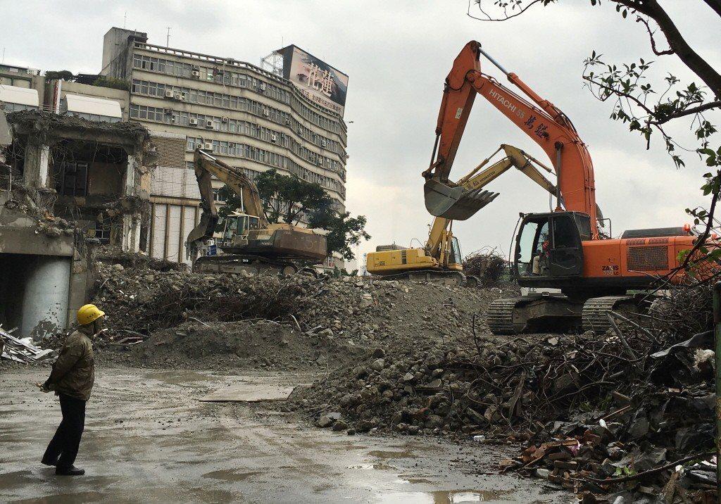舊台北市議會忽視捐贈土地者後代洪致文教授等人的意見,已於2016年遭柯市府拆除。 圖/聯合報系資料照