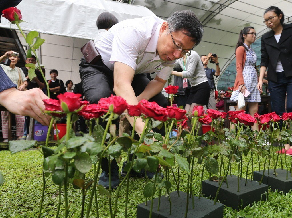 台北市長柯文哲於2015年出席「蔡瑞月逝世十周年紀念活動」,獻上紅玫瑰追思蔡瑞月。 圖/聯合報系資料照