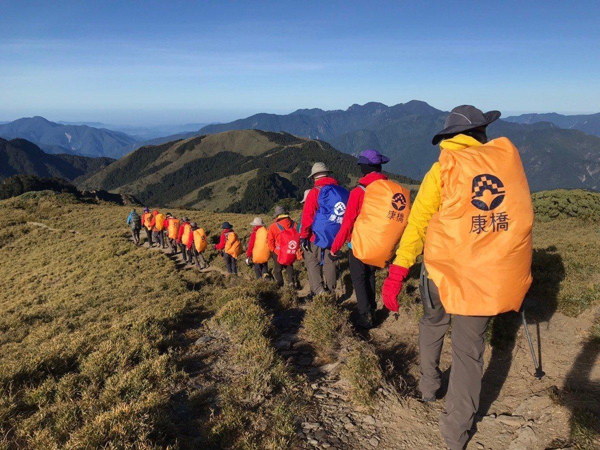 康橋學子透過一步一腳印站在3千多公尺上的高峰看世界,創造高峰經驗。 圖/康橋...