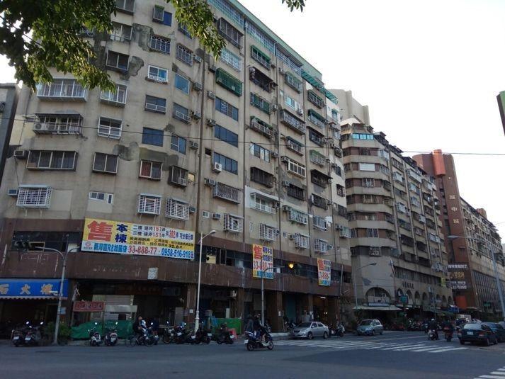與城中城相連的老舊建築「鑽石大樓」、「金鹽埕大樓」 圖片來源/gamer
