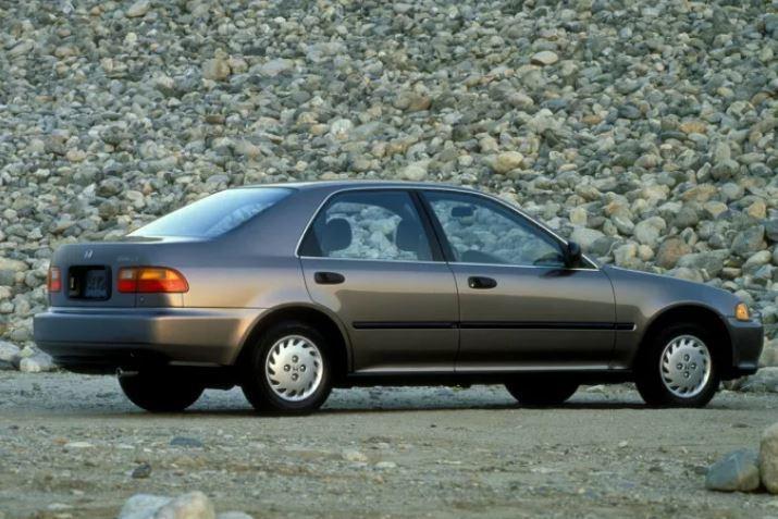 五代Civic(K6)四門版本。 摘自Honda