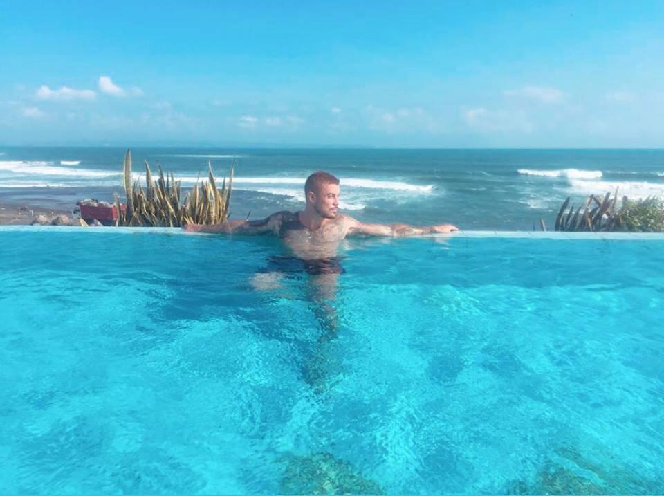 莫瑞爾PO出在峇里島無邊際泳池享受生活。圖擷自《太陽報》