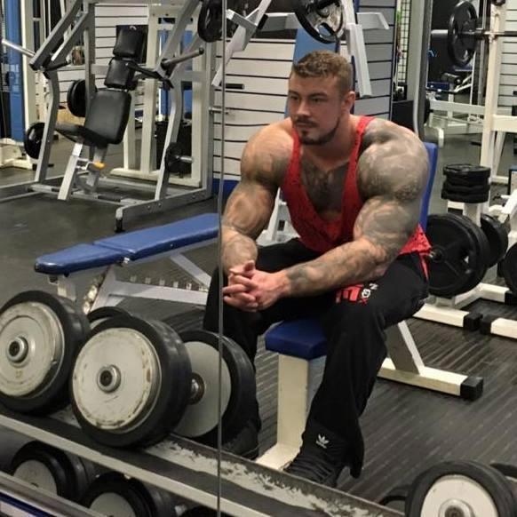 莫瑞爾在社群軟體上PO出健身鮮肉照,寫下「我是島上最壞的男人」。圖擷自《太陽報》